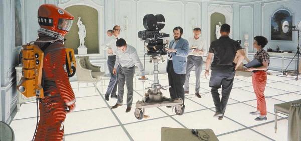 2001.-UNA-ODISEA-DEL-ESPACIO-Stanley-Kubrick-en-el-rodaje-de-la-escena-final-de-2001.-Una-Odisea-del-Espacio