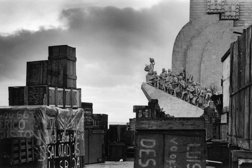 Cajas de los retornados frente al Monumento de los Descubrimientos en Lisboa