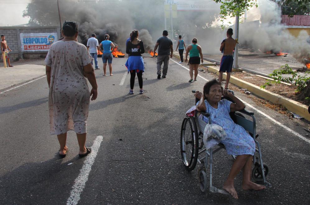 Protestas luego del anuncio del racionamiento eléctrico en Maracaibo (Huberto Matheus, EFE)